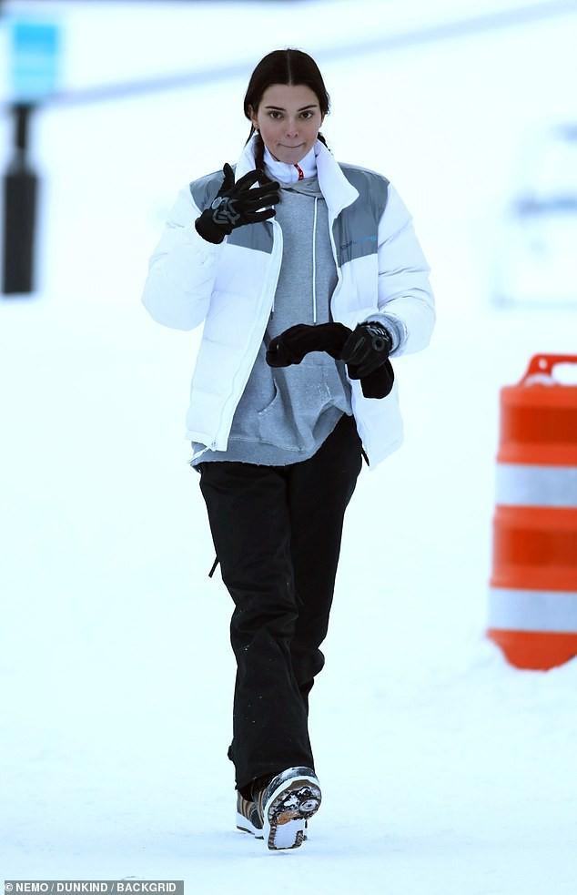 Sống ảo chịu chơi như Kendall Jenner: Trời tuyết âm độ vẫn mặc bikini khoe body sexy triệu người mê - Ảnh 5.