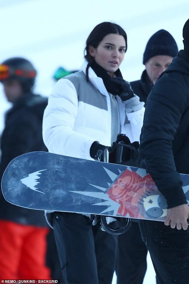 Sống ảo chịu chơi như Kendall Jenner: Trời tuyết âm độ vẫn mặc bikini khoe body sexy triệu người mê - Ảnh 6.