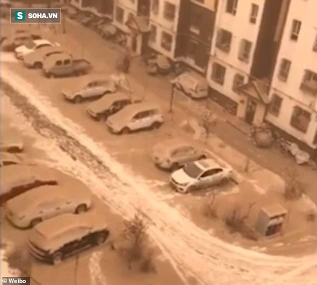 Hiện tượng tuyết vàng hiếm gặp phủ khắp thành phố ở Trung Quốc: Sự thật đằng sau là gì? - Ảnh 1.