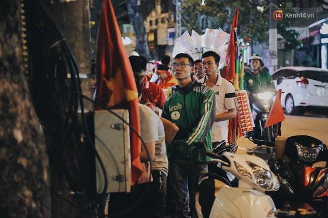 Cổ động viên vỡ òa sau chiến thắng của đội tuyển Việt Nam - Ảnh 32.