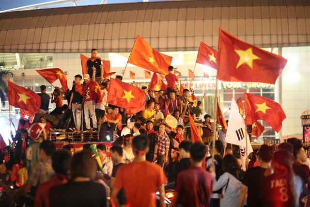 Việt Nam vào chung kết, biển người khắp cả nước xuống đường ăn mừng - Ảnh 11.