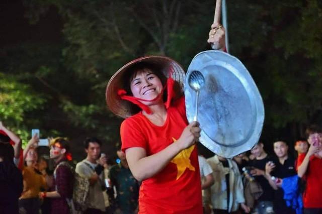Việt Nam vào chung kết, biển người khắp cả nước xuống đường ăn mừng - Ảnh 15.