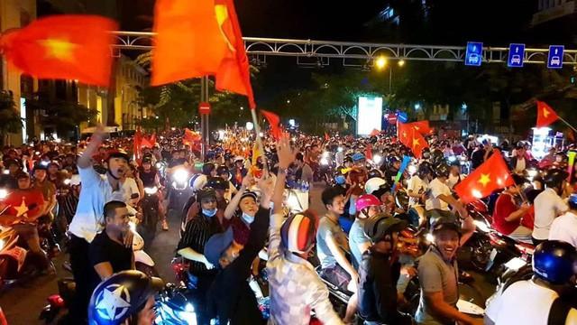 Việt Nam vào chung kết, biển người khắp cả nước xuống đường ăn mừng - Ảnh 17.
