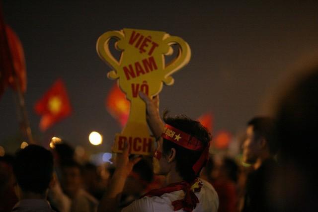 Việt Nam vào chung kết, biển người khắp cả nước xuống đường ăn mừng - Ảnh 3.