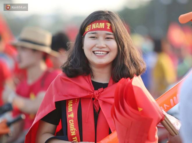 Loạt fan girl xinh xắn chiếm sóng tại Mỹ Đình trước trận bán kết Việt Nam - Philippines - Ảnh 4.