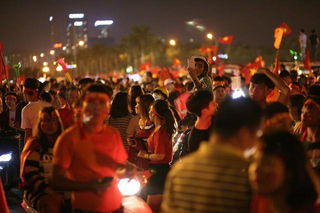 Việt Nam vào chung kết, biển người khắp cả nước xuống đường ăn mừng - Ảnh 4.