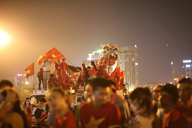 Việt Nam vào chung kết, biển người khắp cả nước xuống đường ăn mừng - Ảnh 7.