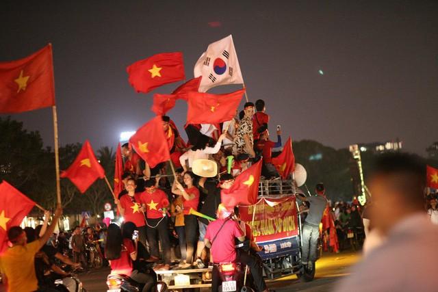 Việt Nam vào chung kết, biển người khắp cả nước xuống đường ăn mừng - Ảnh 8.