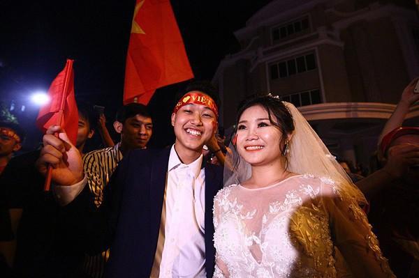 Cặp đôi hot nhất đêm qua bật mí nhiều chi tiết gây sốc gắn liền với những lần đi bão mừng đội tuyển Việt Nam - Ảnh 7.