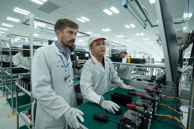 """Những hình ảnh thú vị về dàn robot """"khủng"""" tại nơi sản xuất điện thoại Vsmart - Ảnh 3."""