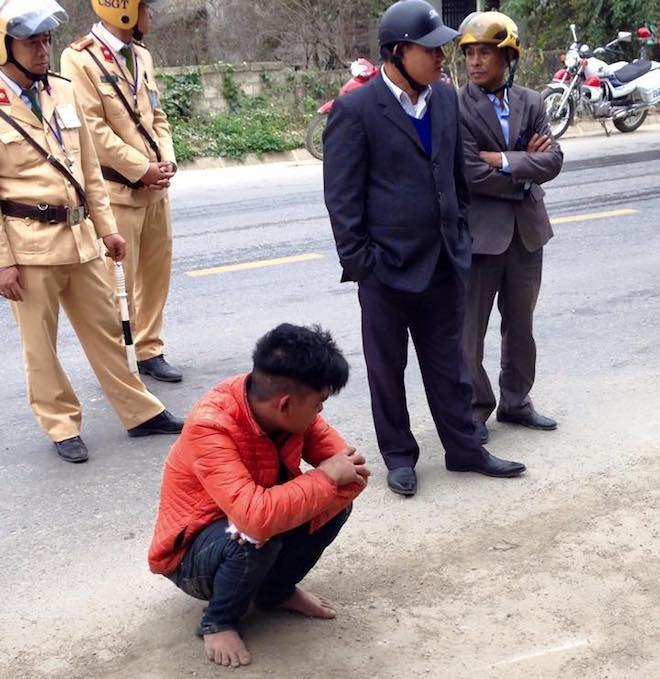 Người dân vây bắt, đạp ngã nam thanh niên trộm xe máy xuống mương nước - Ảnh 2.