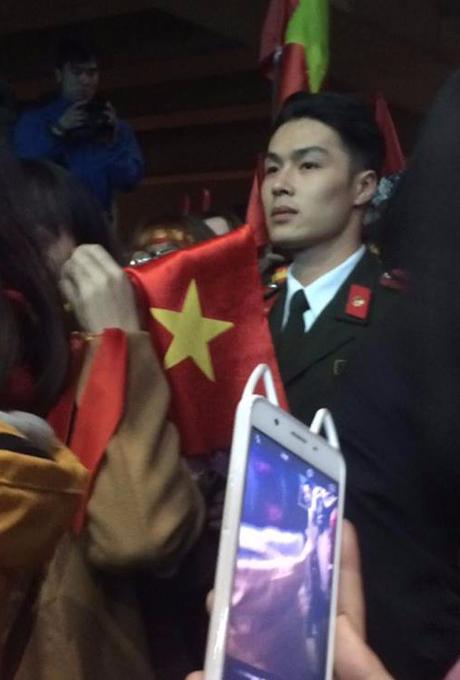CLIP: Chỉ vài giây mỉm cười, chàng công an được khen điển trai hơn cả U23 Phan Văn Đức - Ảnh 3.