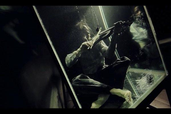 Không thể tin nổi: Thở dưới nước đã khó, vậy mà họ còn hát và chơi các loại nhạc cụ trong bể nước - Ảnh 2.