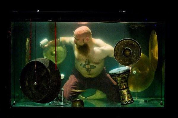 Không thể tin nổi: Thở dưới nước đã khó, vậy mà họ còn hát và chơi các loại nhạc cụ trong bể nước - Ảnh 3.
