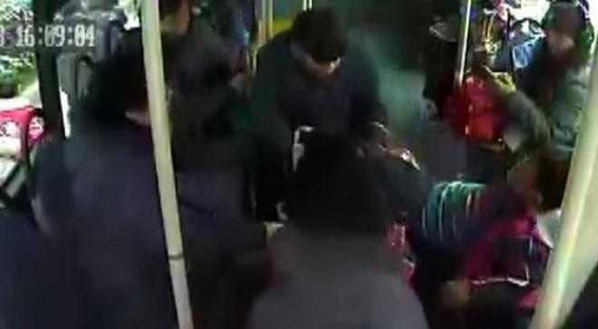 Chỉ vì giành chỗ trên xe buýt, bé trai bị ông lão 70 tuổi lôi kéo đến chấn thương sọ não - Ảnh 1.