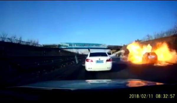 Clip: Xe bồn bốc cháy dữ dội, hai người bị bỏng nặng - Ảnh 2.