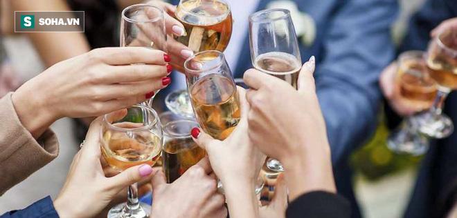Ngộ độc rượu: Nguyên nhân, triệu chứng và cách xử trí - Ảnh 1.