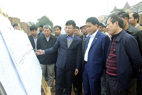 Chủ tịch Hà Nội tặng quà tết công nhân thi công cầu vượt An Dương - Ảnh 1.