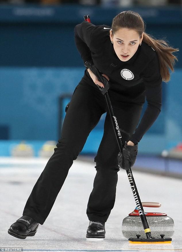 Thần thái như Angelina Jolie, mỹ nhân nước Nga thu hút mọi ánh nhìn của Olympic - Ảnh 2.