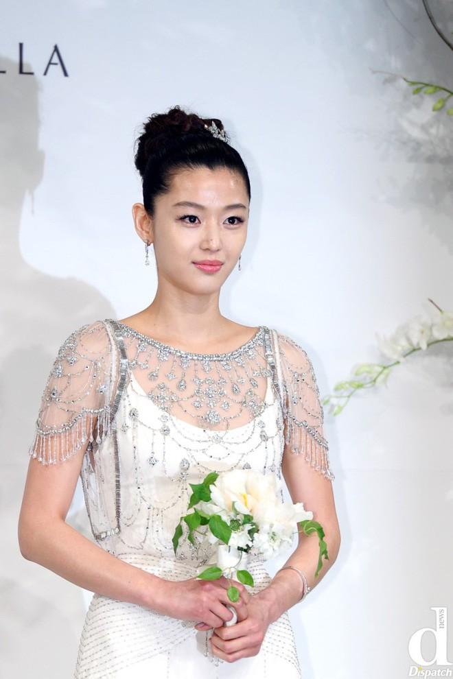 Ngày Valentine của mỹ nhân xứ Hàn cùng tuổi: Người chờ quà của chồng con, kẻ vẫn độc thân lẻ bóng - Ảnh 1.