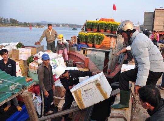 Chở Tết ra đảo Lý Sơn - Ảnh 2.