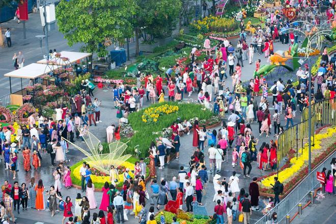 Ngày đầu tiên của kỳ nghỉ Tết âm lịch: Mặc trời nắng nóng, hàng trăm người dân ở Sài Gòn vẫn kéo nhau lên phố chụp ảnh - Ảnh 5.