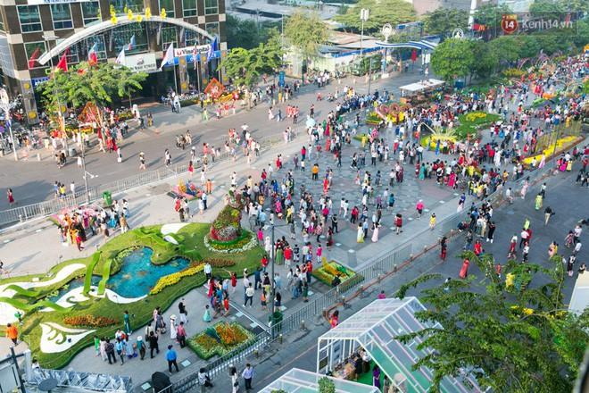 Ngày đầu tiên của kỳ nghỉ Tết âm lịch: Mặc trời nắng nóng, hàng trăm người dân ở Sài Gòn vẫn kéo nhau lên phố chụp ảnh - Ảnh 6.