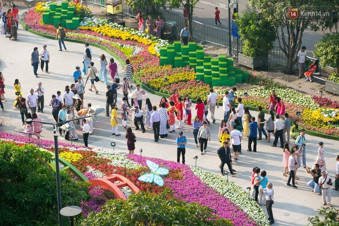 Ngày đầu tiên của kỳ nghỉ Tết âm lịch: Mặc trời nắng nóng, hàng trăm người dân ở Sài Gòn vẫn kéo nhau lên phố chụp ảnh - Ảnh 4.