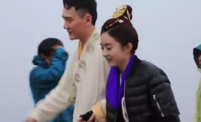 Được đồng nghiệp tốt lỡ lời xác nhận chuyện tình cảm, Triệu Lệ Dĩnh - Phùng Thiệu Phong ngại ngùng chụp ảnh bên nhau - Ảnh 4.