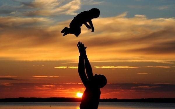 Nổi cáu vì bố hỏi mãi về con chim sẻ, đến khi đọc cuốn nhật ký, con trai cúi đầu xấu hổ - Ảnh 2.