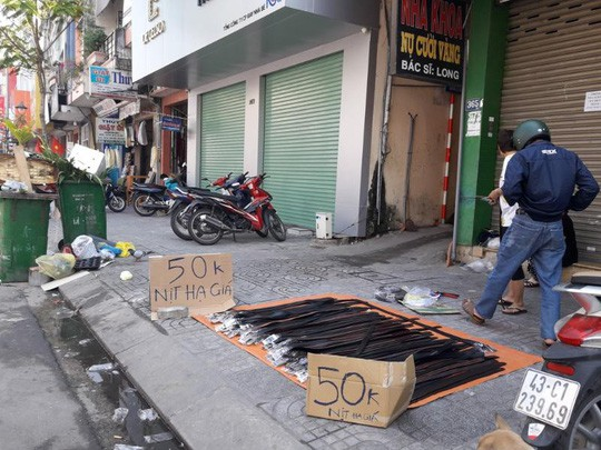 Đà Nẵng: Ế ẩm trưa 30 tết, xả hàng giảm 50% - Ảnh 2.