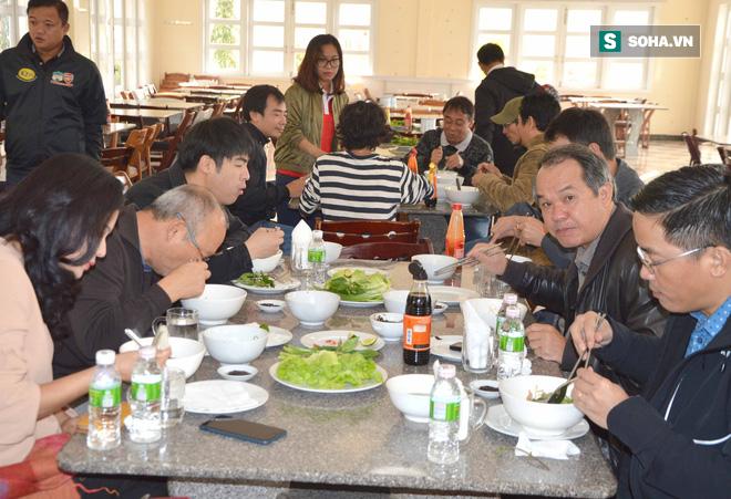 HLV Park Hang-seo bối rối trước món phở 2 tô mà bầu Đức thết đãi - Ảnh 1.