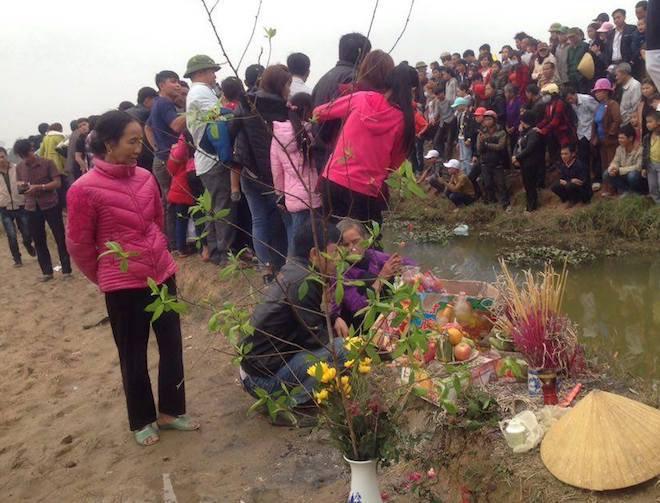 Người dân đổ xô đến xem một con cá nổi dưới mương ngày Tết - Ảnh 5.