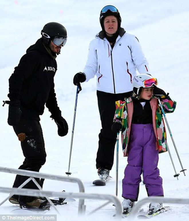 Công chúa nhỏ Harper Beckham diện đồ cực xinh trổ tài trượt tuyết cùng bố và anh trai - Ảnh 2.
