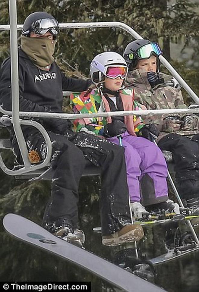 Công chúa nhỏ Harper Beckham diện đồ cực xinh trổ tài trượt tuyết cùng bố và anh trai - Ảnh 14.