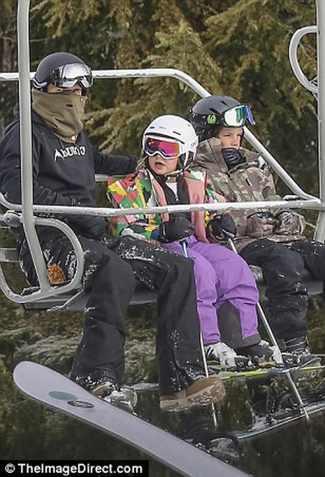 Công chúa nhỏ Harper Beckham diện đồ cực xinh trổ tài trượt tuyết cùng bố và anh trai - Ảnh 15.