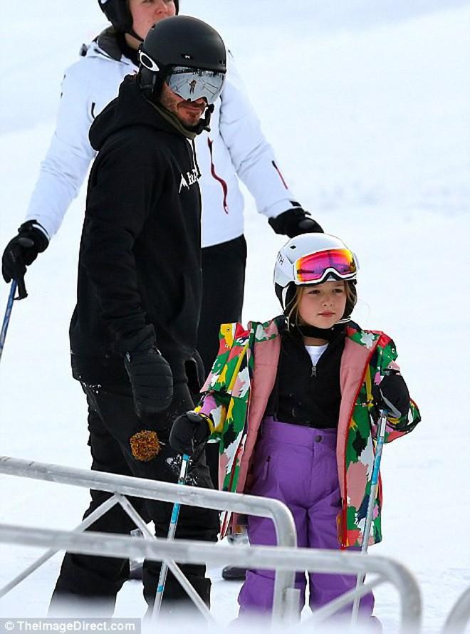 Công chúa nhỏ Harper Beckham diện đồ cực xinh trổ tài trượt tuyết cùng bố và anh trai - Ảnh 4.