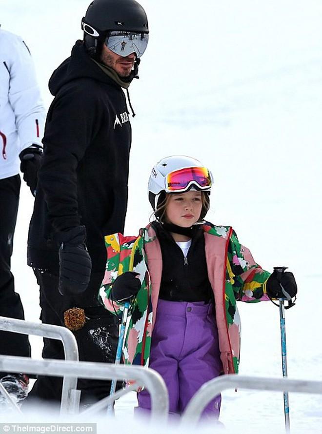 Công chúa nhỏ Harper Beckham diện đồ cực xinh trổ tài trượt tuyết cùng bố và anh trai - Ảnh 5.
