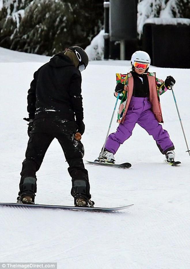 Công chúa nhỏ Harper Beckham diện đồ cực xinh trổ tài trượt tuyết cùng bố và anh trai - Ảnh 8.