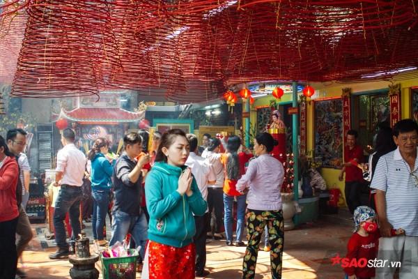 Nườm nượp đi chùa, người Sài Gòn úp mặt vào tượng đá nói chuyện, bôi ấn đỏ lên mặt cầu may - Ảnh 1.