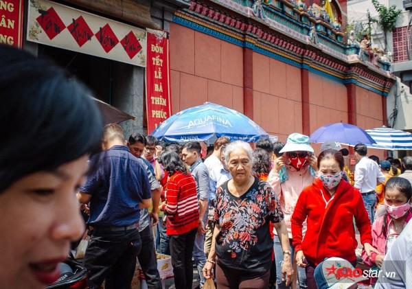 Nườm nượp đi chùa, người Sài Gòn úp mặt vào tượng đá nói chuyện, bôi ấn đỏ lên mặt cầu may - Ảnh 2.