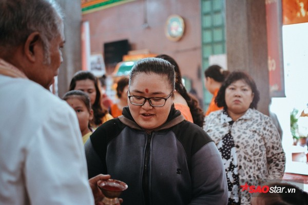Nườm nượp đi chùa, người Sài Gòn úp mặt vào tượng đá nói chuyện, bôi ấn đỏ lên mặt cầu may - Ảnh 12.