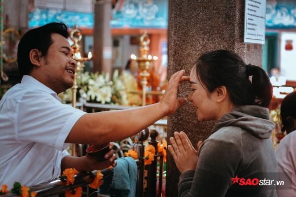 Nườm nượp đi chùa, người Sài Gòn úp mặt vào tượng đá nói chuyện, bôi ấn đỏ lên mặt cầu may - Ảnh 13.
