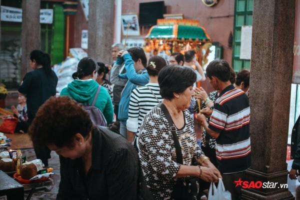 Nườm nượp đi chùa, người Sài Gòn úp mặt vào tượng đá nói chuyện, bôi ấn đỏ lên mặt cầu may - Ảnh 14.