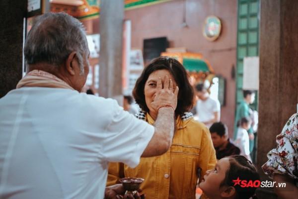 Nườm nượp đi chùa, người Sài Gòn úp mặt vào tượng đá nói chuyện, bôi ấn đỏ lên mặt cầu may - Ảnh 15.