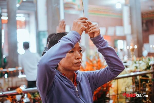 Nườm nượp đi chùa, người Sài Gòn úp mặt vào tượng đá nói chuyện, bôi ấn đỏ lên mặt cầu may - Ảnh 16.