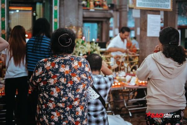 Nườm nượp đi chùa, người Sài Gòn úp mặt vào tượng đá nói chuyện, bôi ấn đỏ lên mặt cầu may - Ảnh 17.