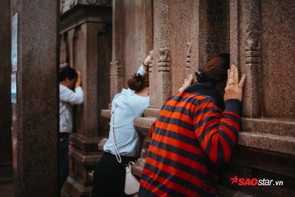 Nườm nượp đi chùa, người Sài Gòn úp mặt vào tượng đá nói chuyện, bôi ấn đỏ lên mặt cầu may - Ảnh 4.