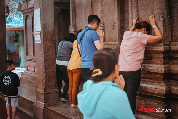 Nườm nượp đi chùa, người Sài Gòn úp mặt vào tượng đá nói chuyện, bôi ấn đỏ lên mặt cầu may - Ảnh 5.