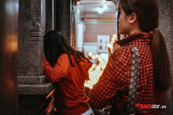 Nườm nượp đi chùa, người Sài Gòn úp mặt vào tượng đá nói chuyện, bôi ấn đỏ lên mặt cầu may - Ảnh 6.
